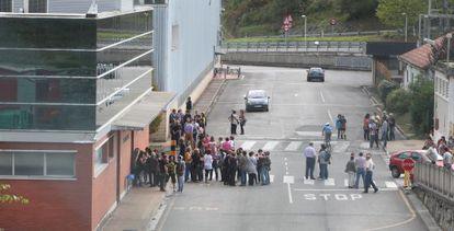 Trabajadores de Fagor, este miércoles en las instalaciones de la empresa en Mondragón.