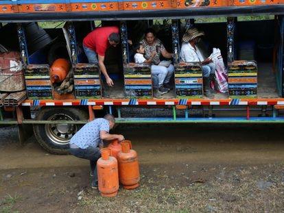 Exguerrilleros de las FARC se alistan para trasladarse de Ituango a Mutatá.