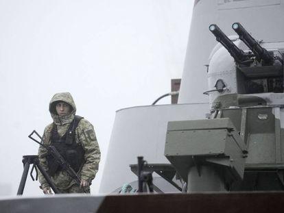 Un soldado ucranio patrulla en el buque 'Dondass' en Mariúpol, en el mar de Azov, el 27 de noviembre.