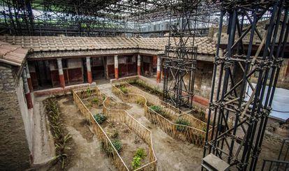 Vista del peristilo en el interior de la Casa de los Castos Amantes en Pompeya.