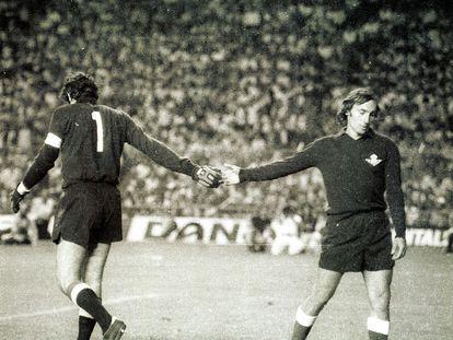 Iribar y Esnaola se saludan en la decisiva tanda de penaltis de la final de Copa de 1977.