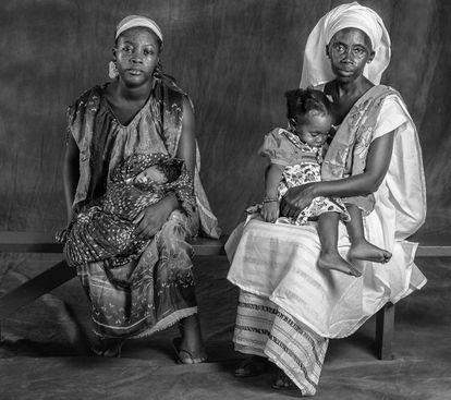 Dos niñas en el hospital Rey Balduino de Dakar, con su madre, Fatimata Rose MBengue, de 24 años, y su abuela, Aminata Soné, de 51 años.