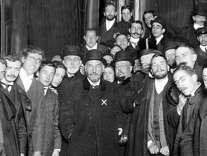 Un grupo de estudiantes despide a Ramón y Cajal en la estación del Norte de Madrid, de donde salía para recoger el Nobel en Estocolmo en 1906.