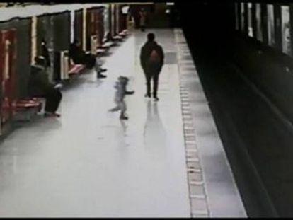 Un joven de dieciocho años saltó segundos después para rescatarle ante la mirada de otros testigos.