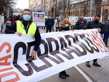 """Un hombre sostiene una pancarta donde se lee """"334 días parados"""", durante una manifestación por la reactivación de la cultura, en Zaragoza, Aragón."""
