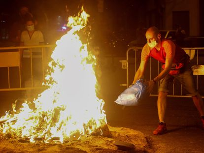 Varios vecinos del barrio de Sant Antoni de Barcelona ven arder una hoguera  autorizada por el Ayuntamiento.