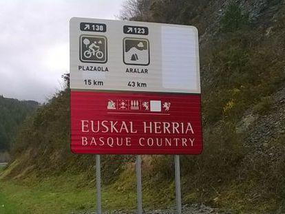 Imagen del cartel colocado en la A-15 con las referencias a Navarra borradas.