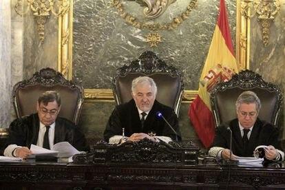 El magistrado del Tribunal Constitucional Cándido Conde-Pumpido (en el centro), el 16 de mayo, en Madrid.