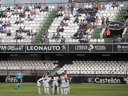 Vista de los jugadores y el público en el Estadio Castalia (Castellón) durante un partido de la Liga Smartbank entre el CD Castellón y el Ponferradina la pasada temporada.