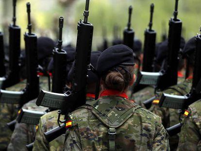 Una soldado desfila con sus compañeros, durante un homenaje.