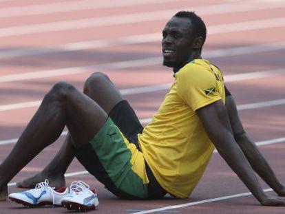 El atleta jamaicano Usain Bolt descansa durante un entrenamiento en Moscú