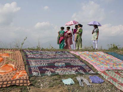 Vecinas de la región de Dooars secan su ropa en una colina.