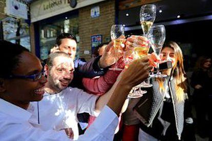 Celebración en la administración número 76 de la calle Zurbano de Madrid que hoy ha repartido 472 millones de euros del primer premio.