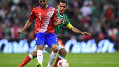 Rafa Marquez pelea por el balón contra el costarricense Giancarlo González