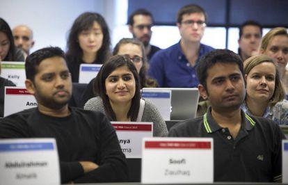 Una clase en la escuela de negocios Esade con presencia de alumnos extranjeros.
