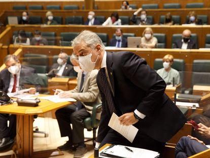 El lehendakari, Iñigo Urkullu, responde a preguntas de la oposición sobre sus previsiones ante la evolución de la pandemia.