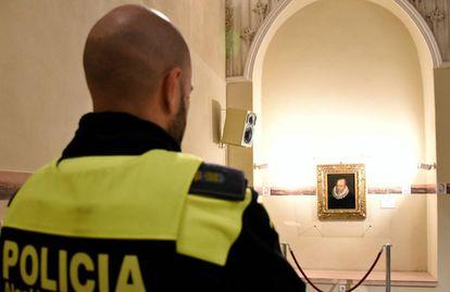 Un policía custodia el cuadro de Cervantes, obra de Juan de Jáuregui.