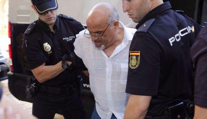 Uno de los atracadores a su llegada al juicio.