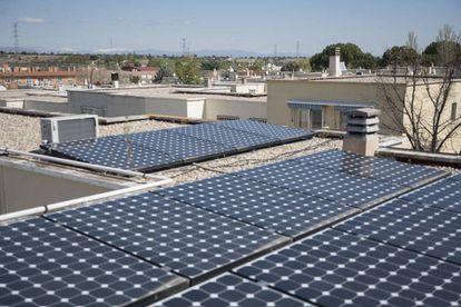 Paneles solares, en un edificio de viviendas en San Sebastián de los Reyes (Madrid).