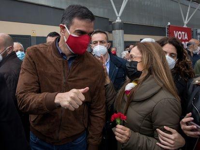 Claveles por el 25 de abril en el mitin de este domingo del PSOE, en el que Pedro Sánchez ha arropado al candidato Ángel Gabilondo.