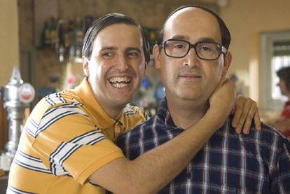 Javier Cámara (derecha) y Julián López, en <i>Que se mueran los feos.</i>