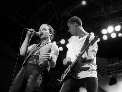 Bono y el bajista Adam Clayton el 15 de julio de 1987 en el Santiago Bernabéu. Había 115.000 en el estadio. Y miles de personas más en la calle, subidos a los edificios, intentado llevarse algo de aquella historia.