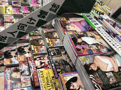 Sección para adultos separada con un letrero del resto de revistas en una tienda de Tokio.