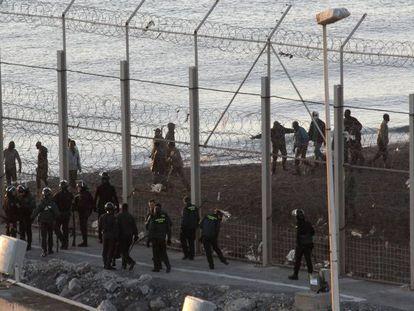 Valla fronteriza de Ceuta, en la zona del Tarajal, el día de la muerte de 15 inmigrantes en 2014.