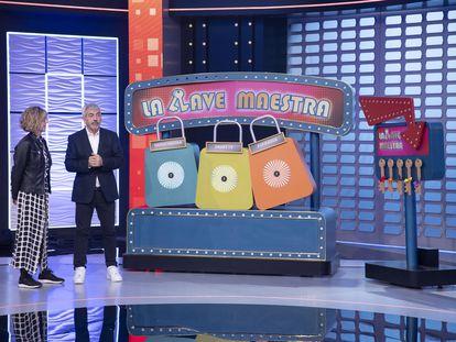 Carlos Sobera y una concursante de la nueva versión de 'El precio justo'.