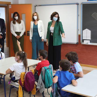 GRAF1253. ARROYOMOLINOS, 08/09/2020.- La presidenta de la Comunidad de Madrid, Isabel Díaz Ayuso (d), asiste al inicio del curso 2020/21 en el Colegio de Educación Infantil y Primaria (CEIP) Francisco de Orellana, en Arroyomolinos. EFE/ Rodrigo Jiménez