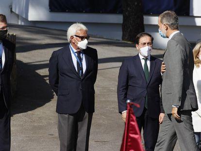 Los expresidentes, Mariano Rajoy y Felipe González, y los ministros Nadia Calviño y José Manuel Albares, en la recepción al rey Felipe VI en la inauguración del III Foro La Toja Vínculo Atlántico.
