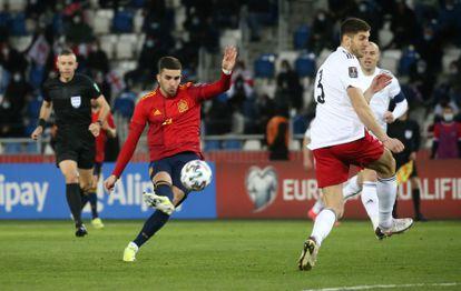 Ferra Torres dispara durante el partido entre España y Georgia este domingo en Tiflis.