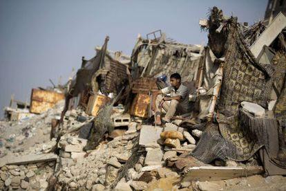 Un palestino entre los escombros de una playa en Gaza.