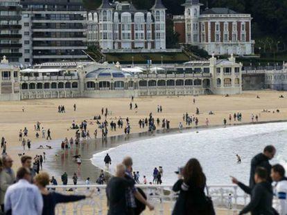 Turistas pasean por la playa de La Concha, en San Sebastián.