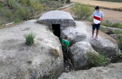 Dos adolescentes, durante su visita al yacimiento de los Yesares, en Pinto.