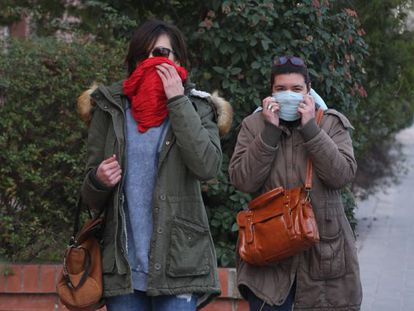 Dos mujeres se protegen del humo, ayer por la mañana en Igualada. <