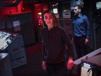 Suranne Jones y Shaun Evans en una de las primeras escenas de la serie en el submarino 'Vigil'.