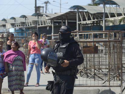 Familiares de presos piden información en la entrada del Centro de Privación de Libertad Número 1 tras el motín en Guayaquil.