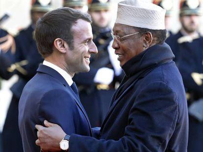El presidente francés, Enmanuel Macron, saluda a su homólogo chadiano Idriss Deby, el pasado 12 de noviembre en el Elíseo.