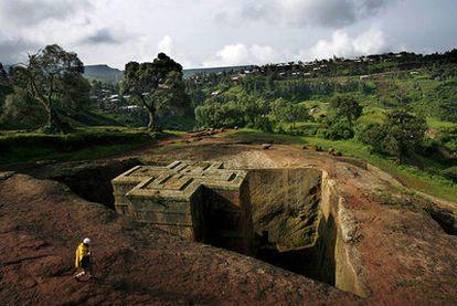 Vista de San Jorge en Lalibela (Etiopía), una de la docena de iglesias cavadas en la roca y la más reciente, de principios del siglo XIII.