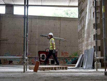 Un obrero trabaja en las obras de construcción de la estación subterránea de Sant Andreu Comt, en Barcelona.
