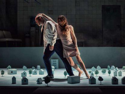 José Luis Torrijo e Irene Escolar, en una escena de 'Blackbird'.