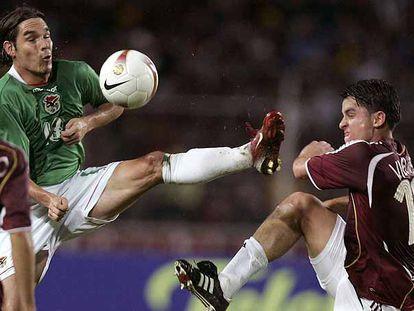 El boliviano Edemir (a la izquierda) disputa el balón al venezolando Vielma.