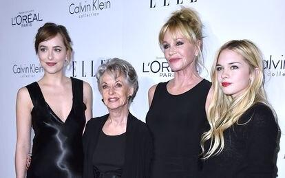 De izquierda a derecha: Dakota Johnson, Tippy Hedren, Melanie Griffith y Stella Banderas, en Los Ángeles (California, EE UU), en 2015.
