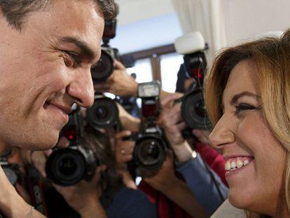 Díaz recibe la felicitación del líder del PSOE.