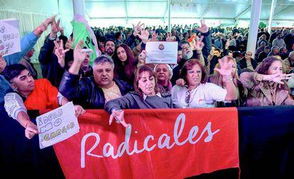 Delegados de la UCR participan el lunes en Buienos Aires de la convención nacional del partido.