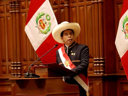 El nuevo presidente de Perú, Pedro Castillo, toma posesión del cargo, este miércoles en el Congreso.