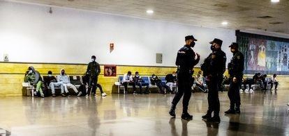 Migrantes subsaharianos y marroquíes, retenidos en el aeropuerto de Gran Canaria.
