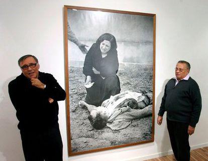 Los hijos del fotógrafo Agusti Centelles, Octavi y Sergi, durante la presentación de la exposición 'Agusti Centelles vuelve a Reus'