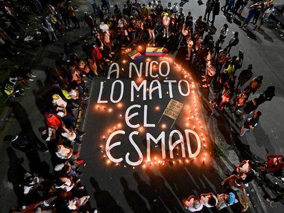 Parientes y amigos de Nicolás Guerrero, uno de los muertos en las protestas contra la reforma tributaria en la ciudad de Cali, se reúnen durante una vigilia en su honor.